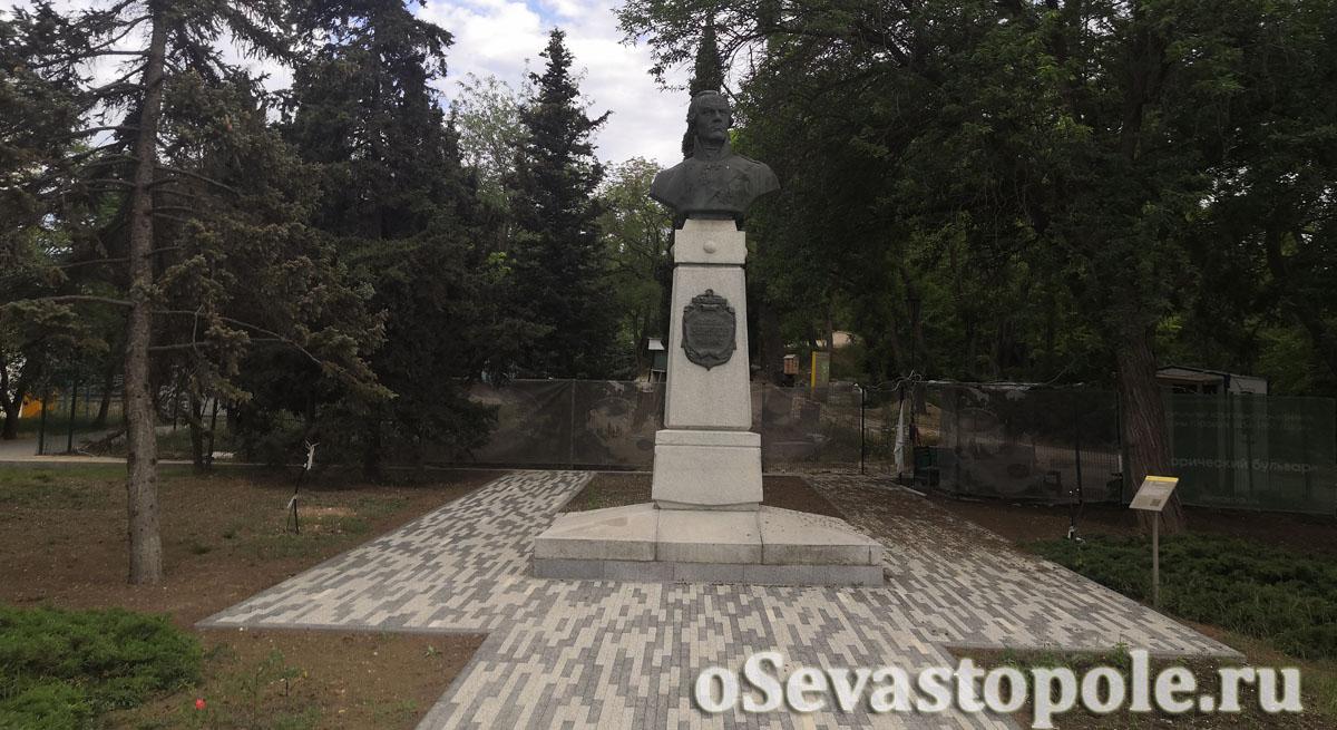 фото памятника Ушакову в Севастополе