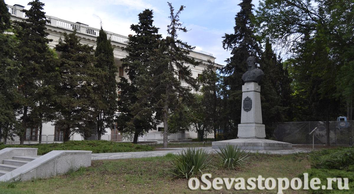памятник Ф. Ф. Ушакову в Севастополь