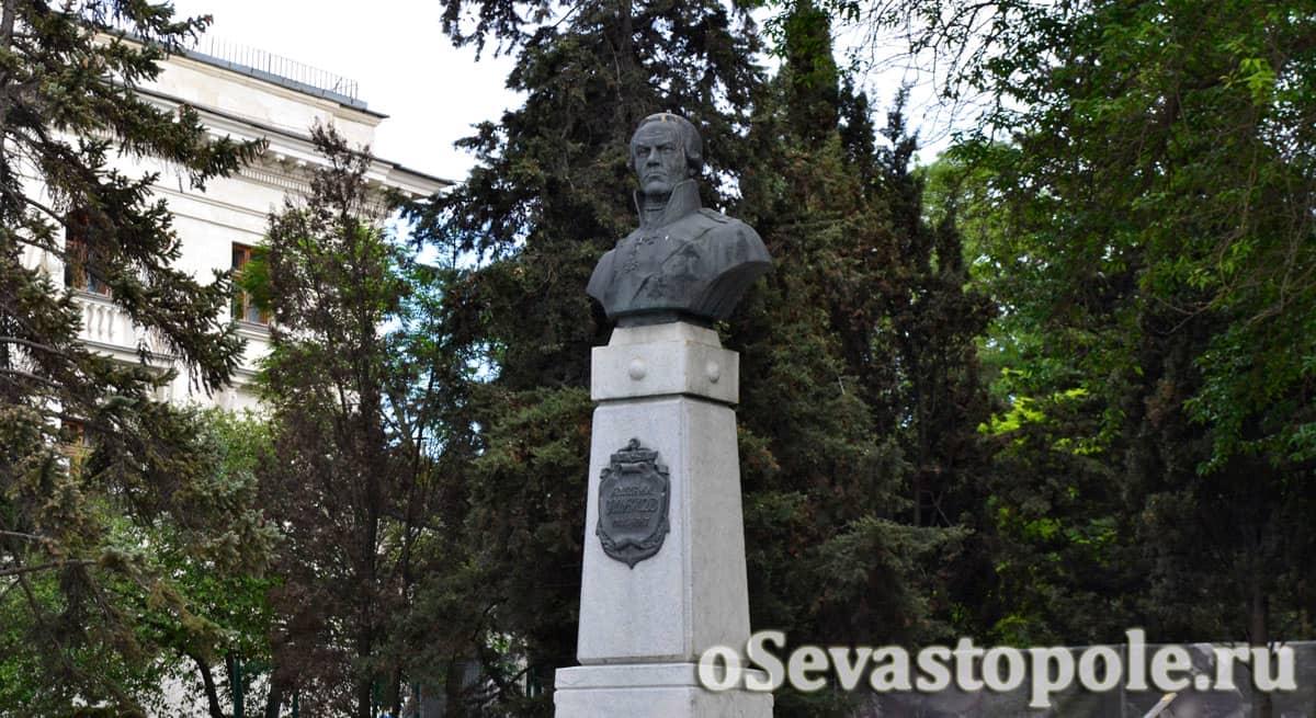 памятник Ушакову в Севастополе