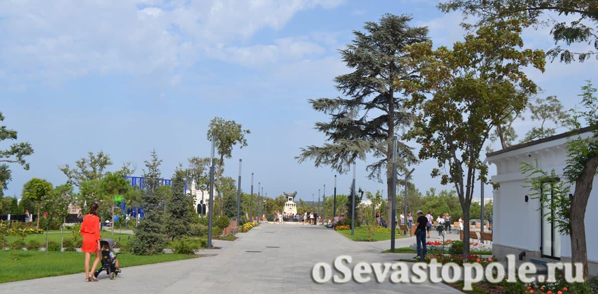 Центральная аллея на Матросском бульваре Севастополя