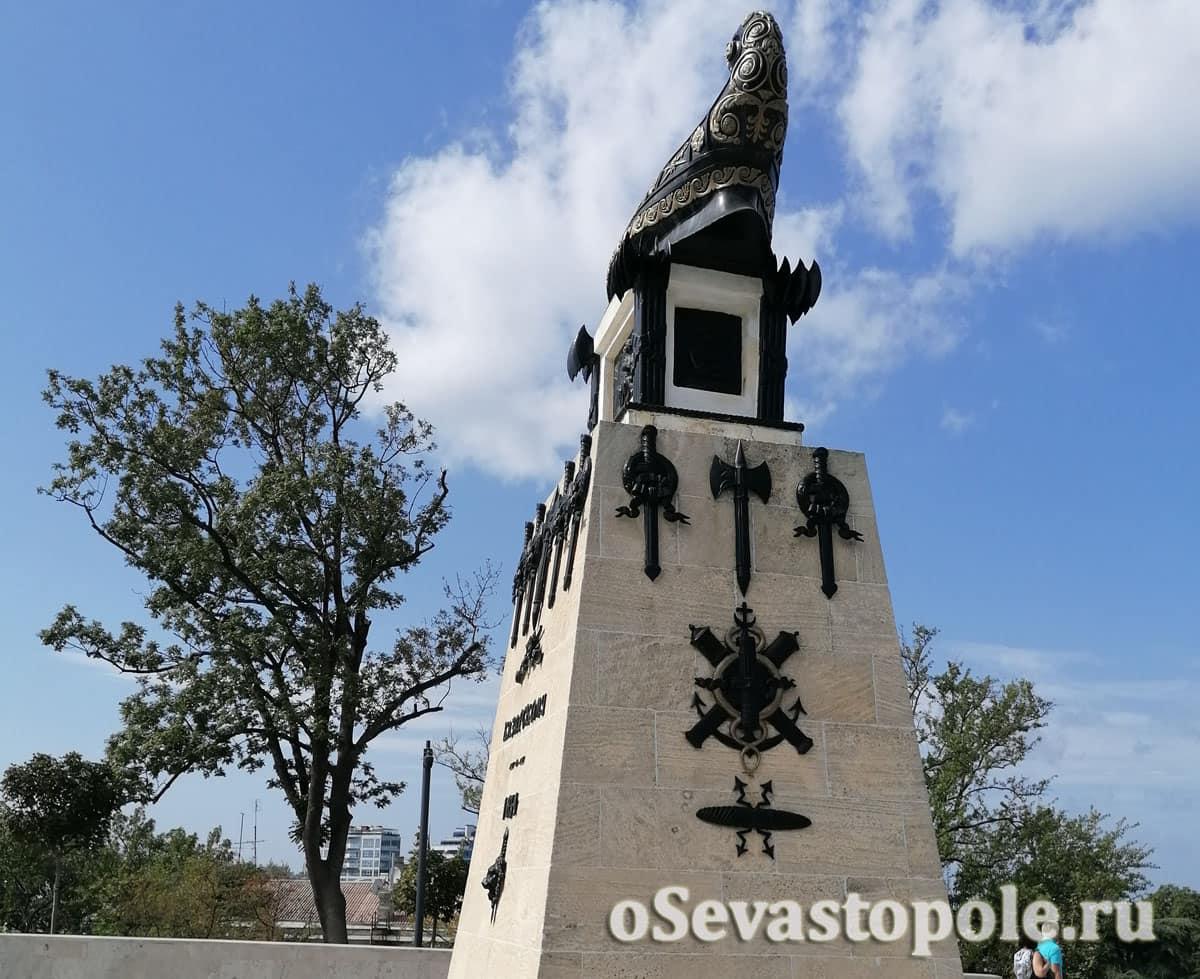 Памятник Казарскому на Матросском бульваре Севастополя