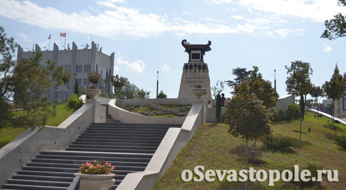 Памятник Казарскому на Матросском бульваре