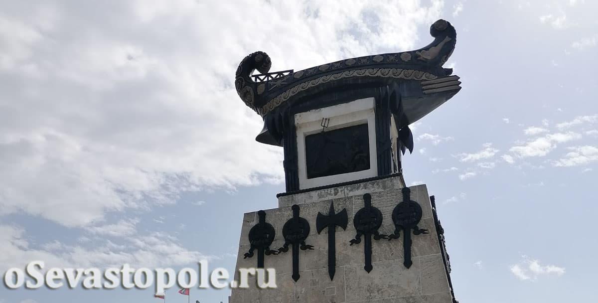 Памятник Казарскому потомству в пример в Севастополе