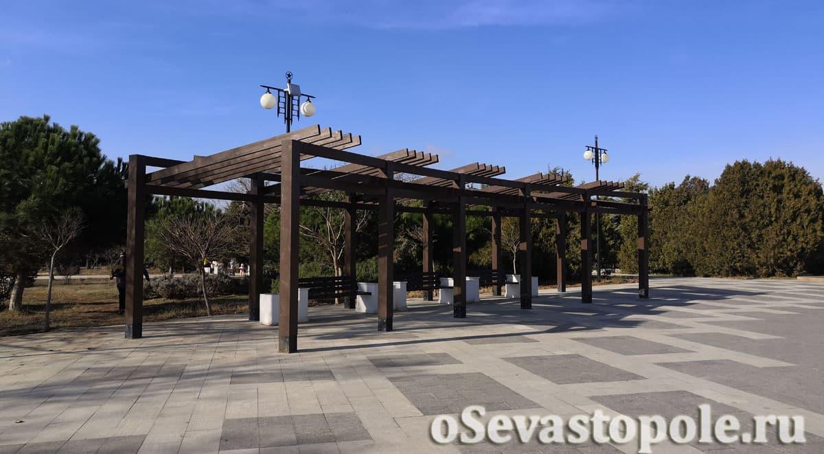 Беседки с лавочками в Парке Победы Севастополя