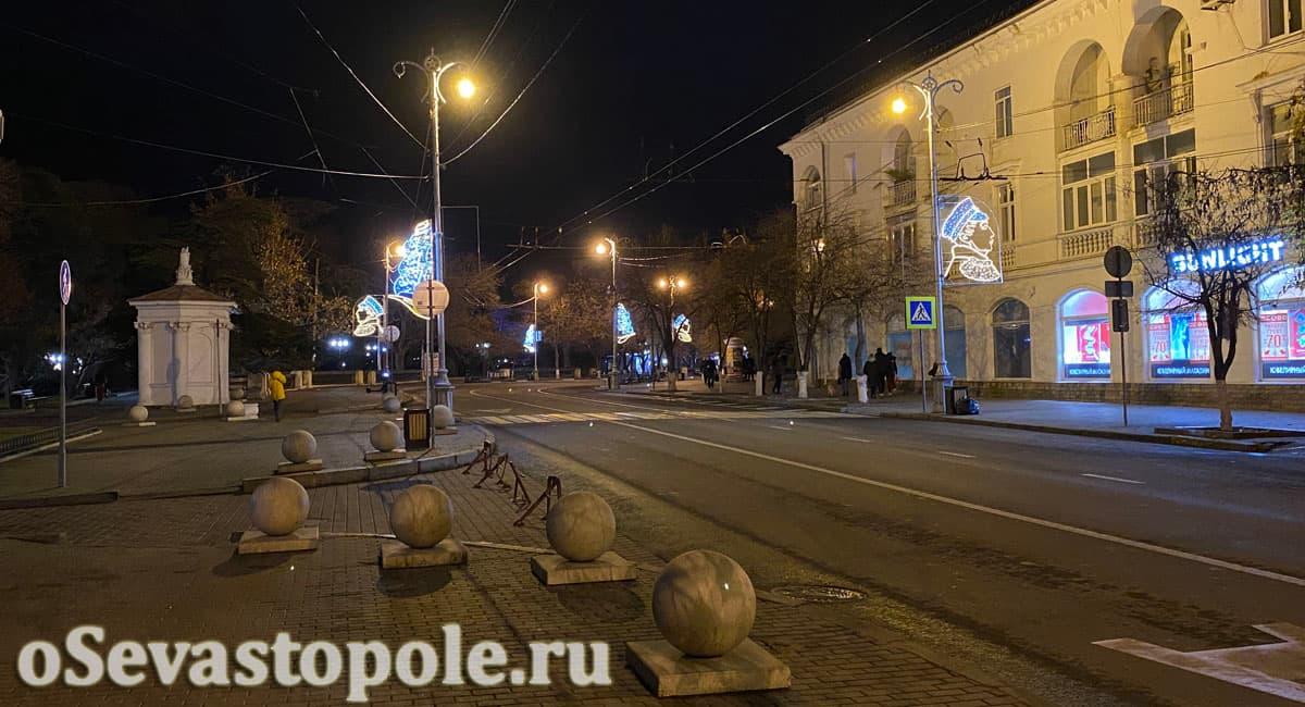 Изображения адмирала Нахимова на Новый год в Севастополе