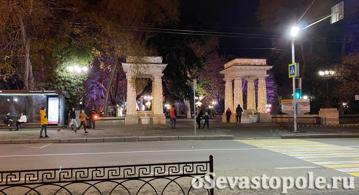 Колонны с лампочками в Севастополе на Новый год