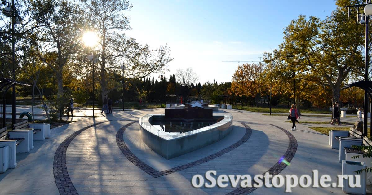 Небольшие фонтаны в виде сердец в Парке Победы Севастополь