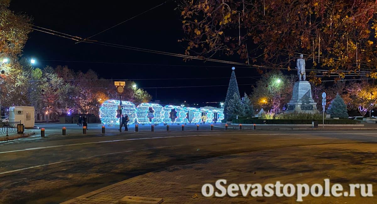 Новогодние декорации на площади Нахимова в Севастополе