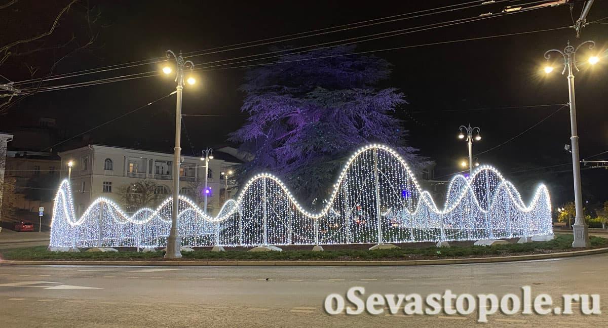 Новогодние декорации на площади Ушакова в Севастополе