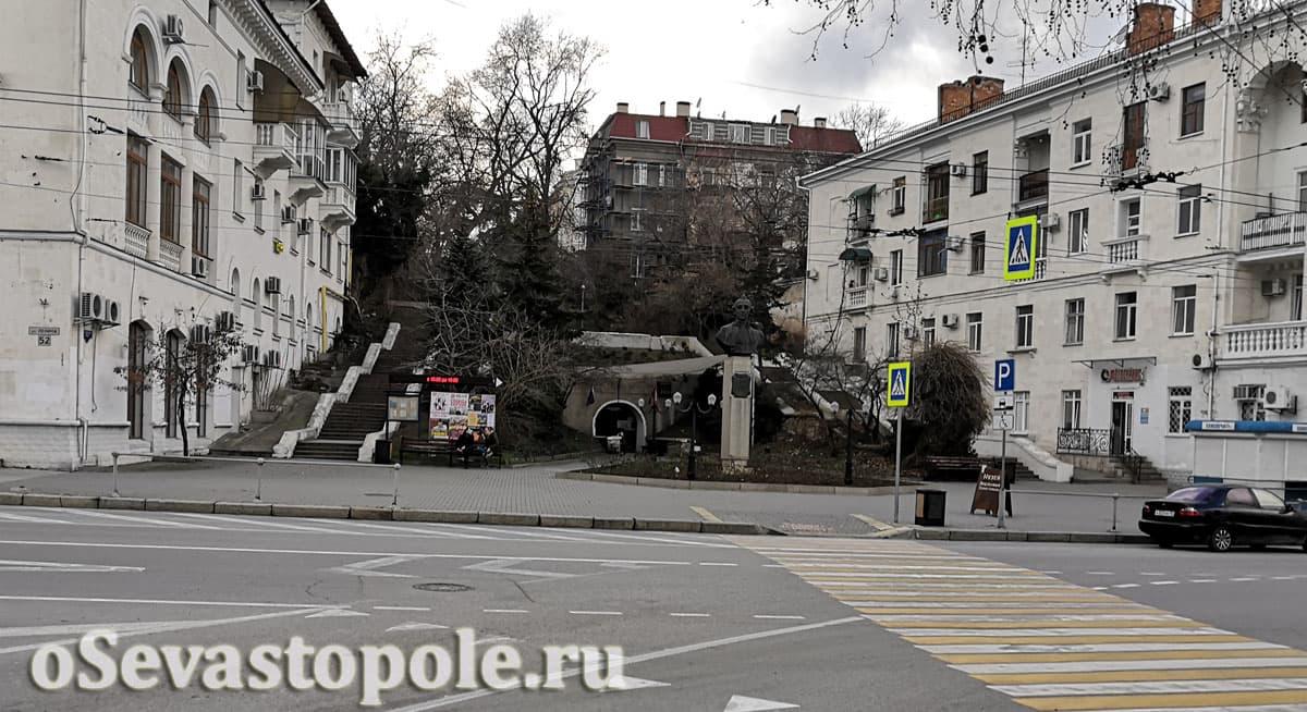 описание памятника Суворову