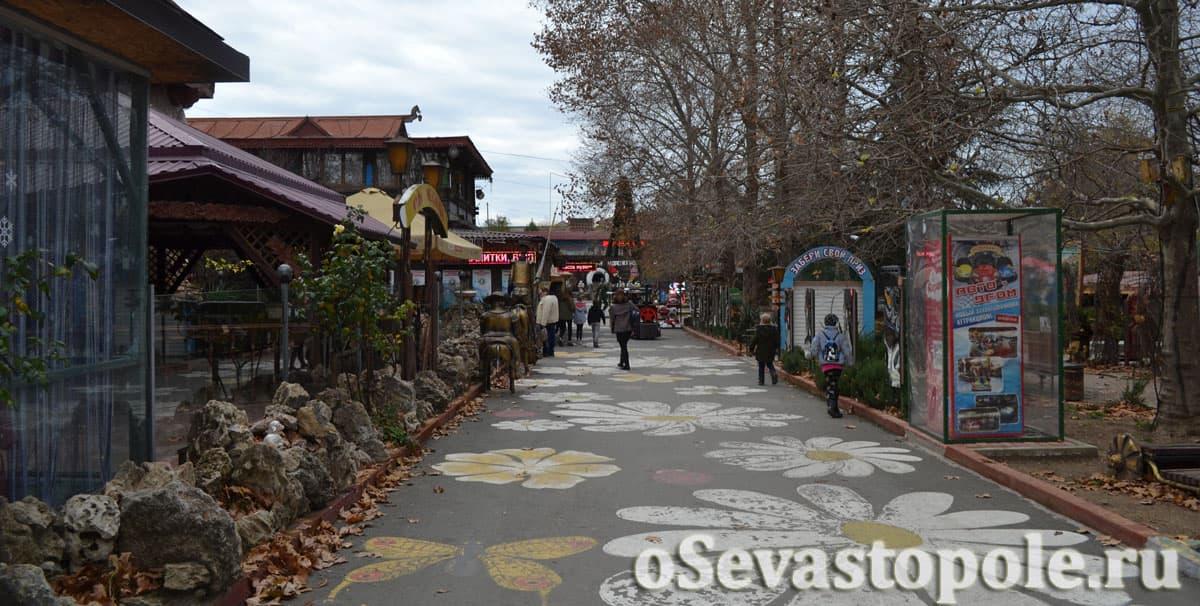 Главная аллея парка Лукоморье в Севастополе