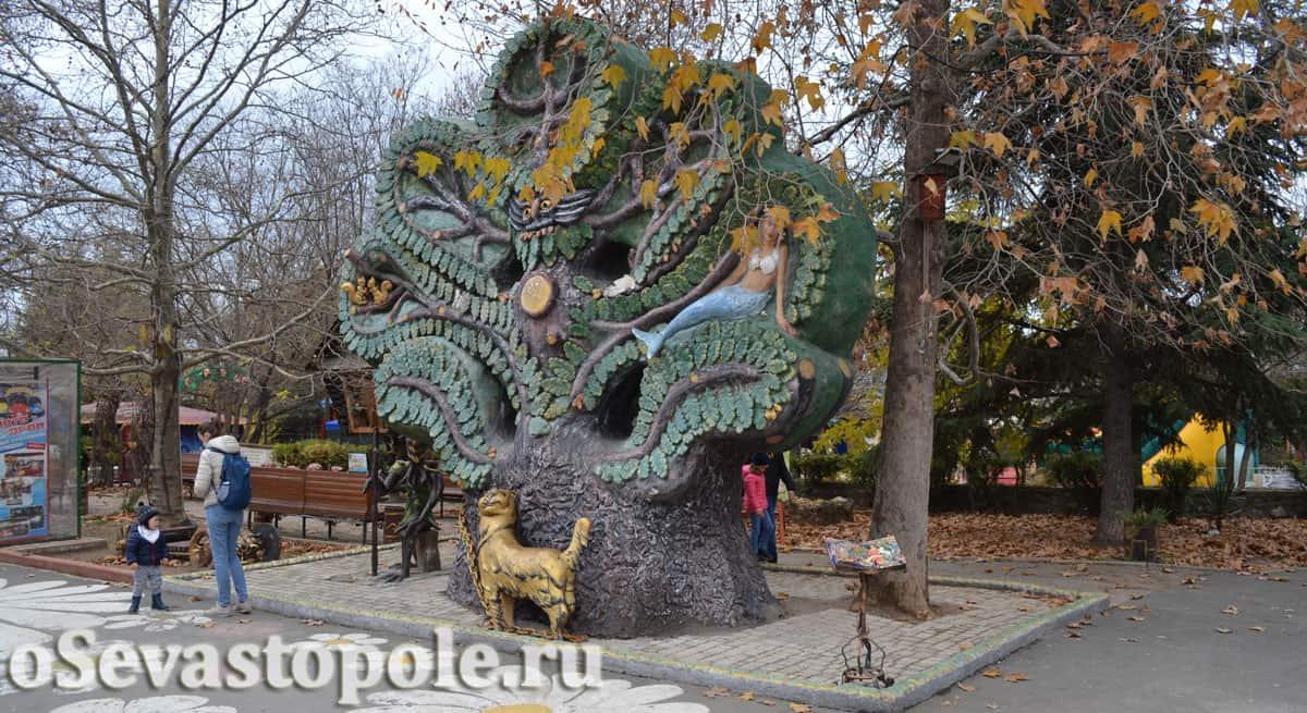Зеленый дуб в экопарке Лукоморье Севастополь