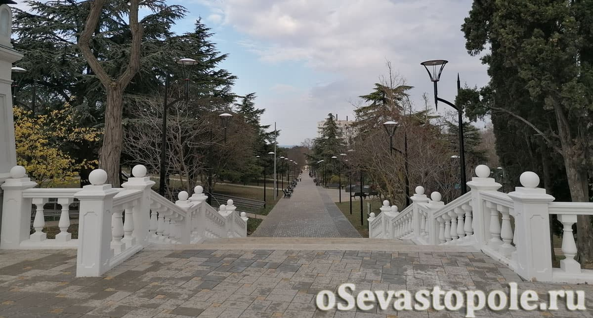 Центральная лестница в сквере Севастопольских курсантов