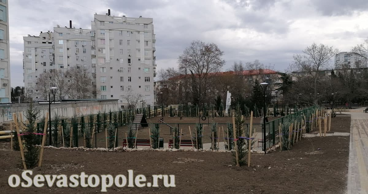 Площадка для дрессировки и выгула собак в сквере Севастопольских курсантов