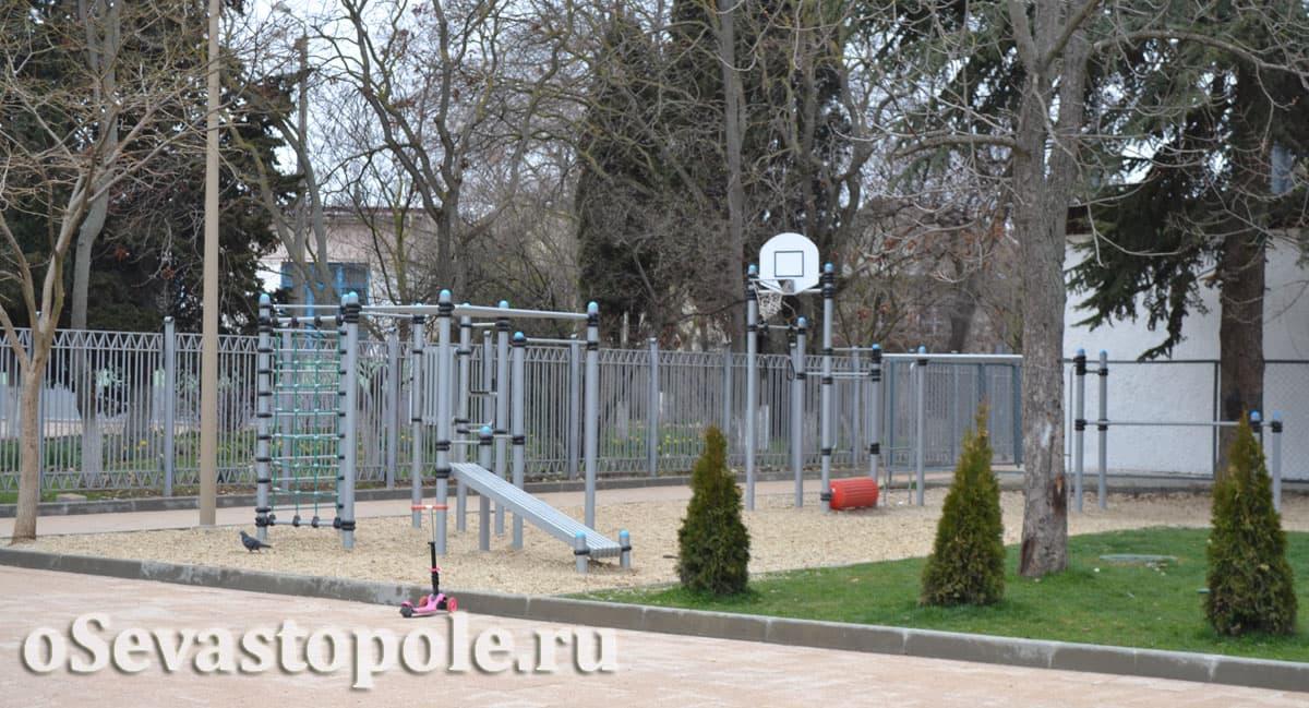 Площадка с тренажерами с сквере Ивана Голубца