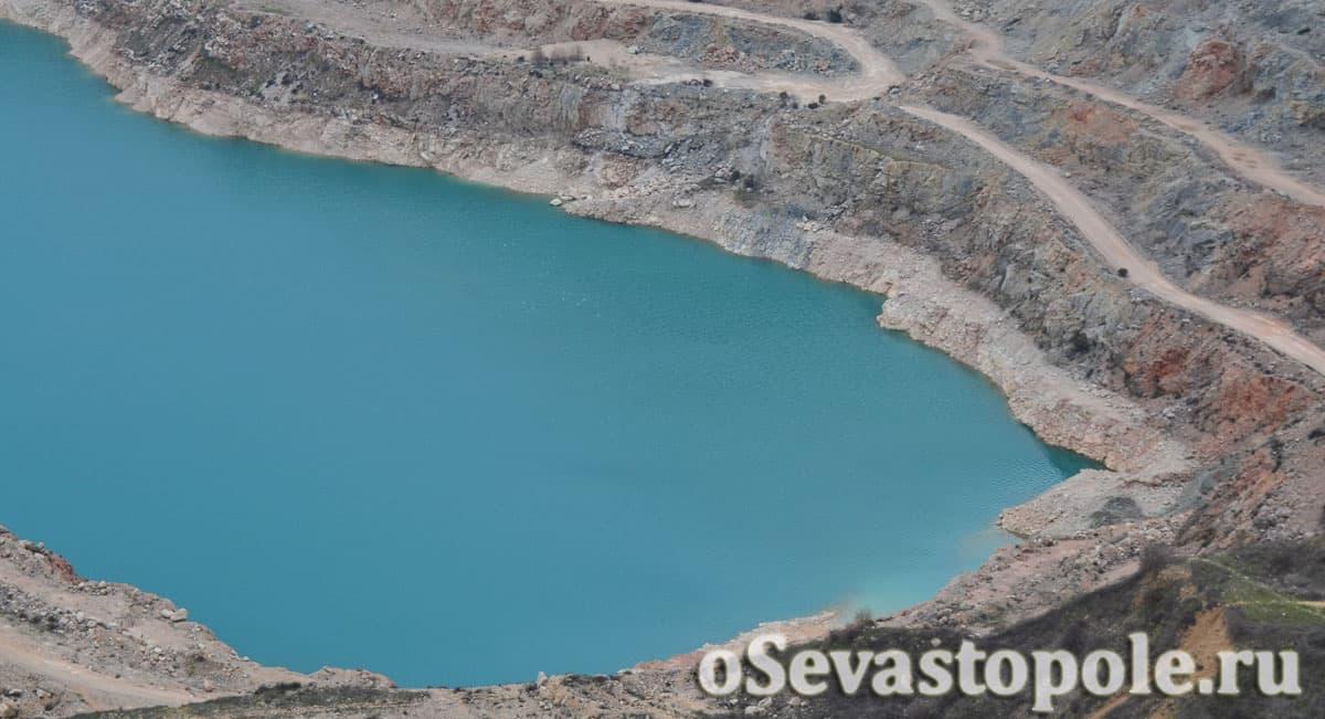 Бирюзовое озеро в Балаклавском карьере