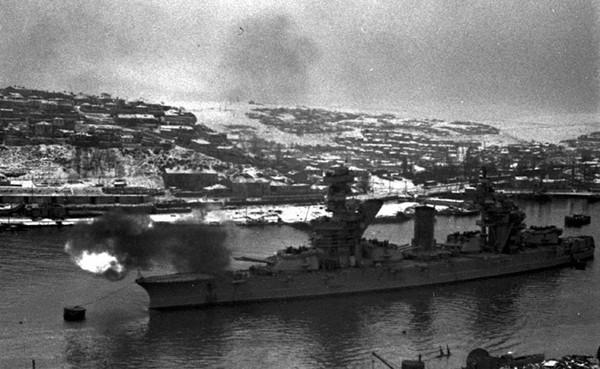 Линкор «Парижская коммуна» поддерживает пехоту огнем. Декабрь 1941 г.